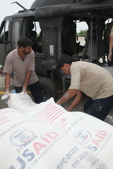 Food supplies for Pakistani flood victims are loaded onto a US BlackHawk helicopter