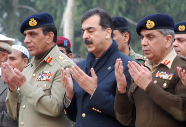 Pakistan PM Yusuf Raza Gilani (centre), General Ashfaq Kiyani (left) and General Tariq Majeed