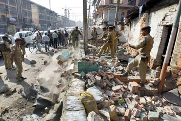 Policemen demolish their security posts in the heart of Srinagar