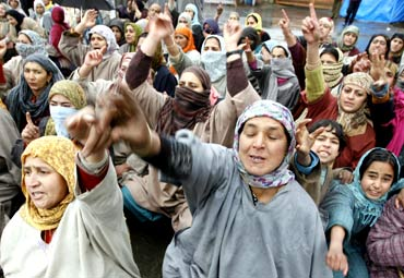 Kashmiri women demonstrate against the security forces
