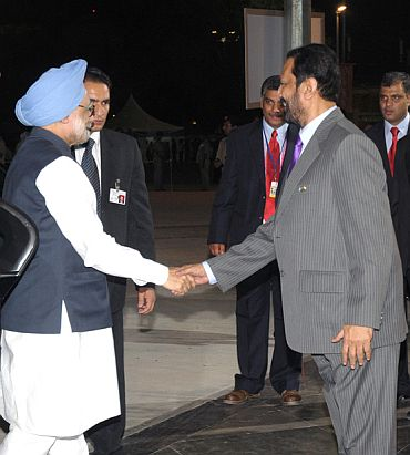 Kalmadi receives Prime Minister Manmohan Singh at the Jawaharlal Nehru stadium ahead of the closing ceremony