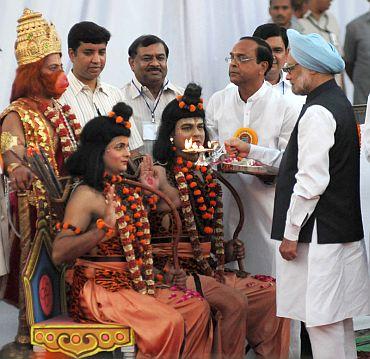 Dr Singh performing arti