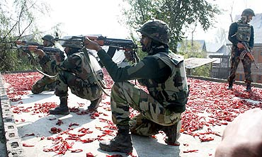 Soldiers prepare to attack holed up militants