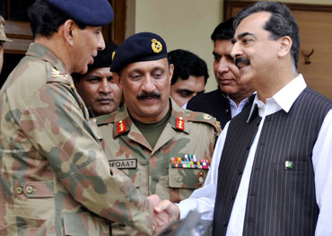 Gilani shakes hands with Pakistani Army Chief Ashfaq Parvez Kayani at army headquarters in Multan