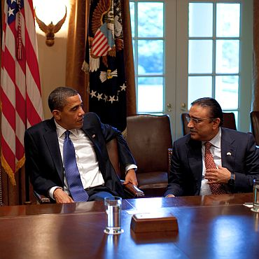 Obama interacts with Pakistan President Asif Ali Zardari