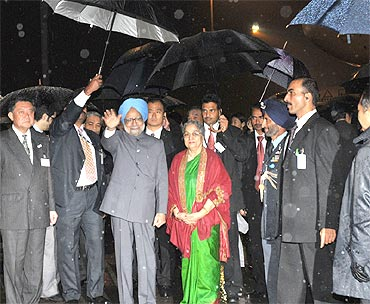 Prime Minister Manmohan Singh and his wife  Gursharan Kaur at the Tokyo International Airport