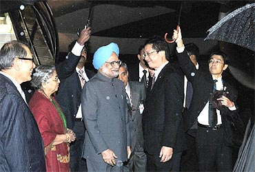 Prime Minister Manmohan Singh and  Gursharan Kaur being received by the Japanese parliamentary vice minister for foreign affairs