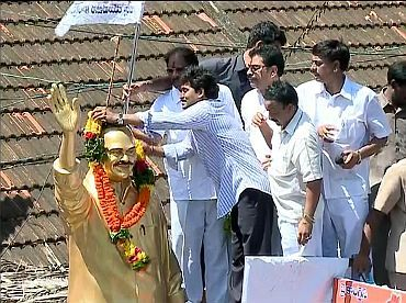Jagan garlands his father's statue during the former's Udarpu Yatra