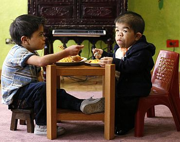 Hernandez (R) eats lunch with his eleven-year-old brother