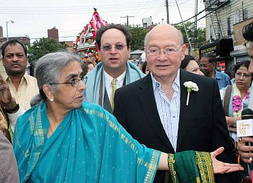 Uma Mysorekar with Congressman Gary Ackerman at the Ganeshotsav celebrations in New York