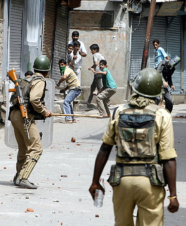 Kashmiri protesters throw stones at the police in Srinagar