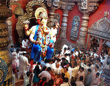 During peak time, queue of devotees stretches to 10 km