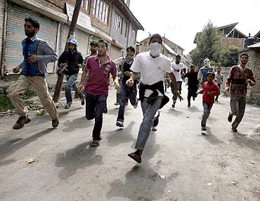 Kashmiri protesters run for cover