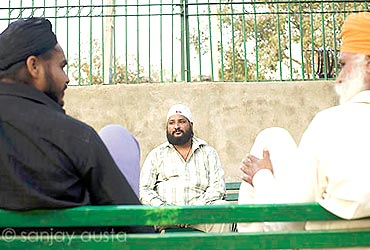 Gurmeet Singh, centre