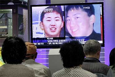 South Koreans watch a television news report showing the person believed to be Kim Jong-un at the Seoul railway station