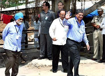 UIDAI chief Nandan Nilekani (right) and Deputy Chairman of Planning Commission Montek Singh Ahluwalia (left) enter the health centre