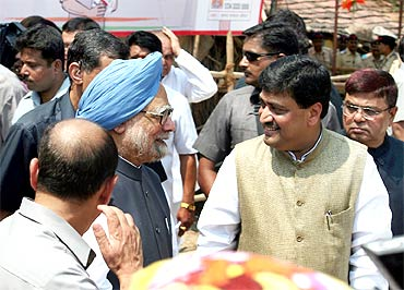 Maharashtra CM Ashok Chavan speaks to PM Dr Singh before the rally