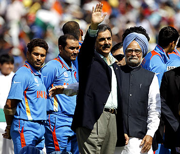 PM Singh and Gilani stand near India's Sachin Tendulkar and Virender Sehwag ahead of the ICC Cricket World Cup semi-final match
