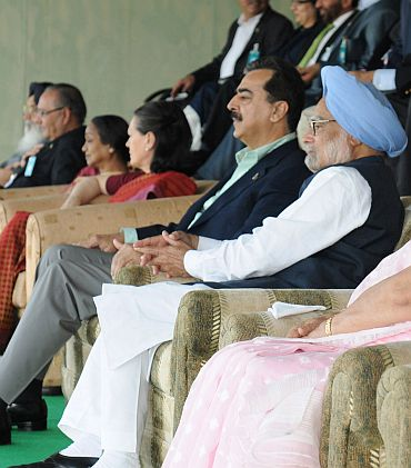 Dr Singh and Gilani watch the match at Mohali