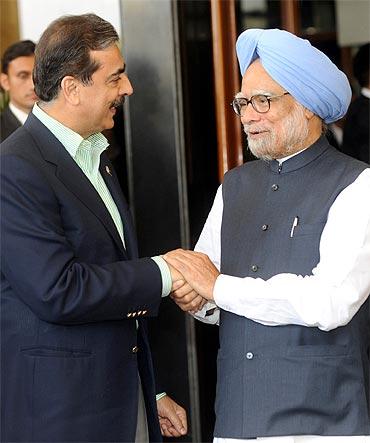 Pakistan's Prime Minister Yusuf Raza Gilani with Dr Manmohan Singh