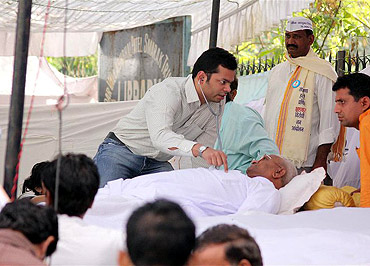 A doctor examining Anna Hazare on the second day of his fast