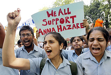 School children show their support to Hazare during the rally in New Delhi