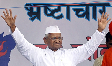 Anna Hazare waves to his supporters after he called off his hunger strike during a campaign against corruption in New Delhi