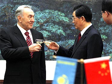 Kazakhstan's President Nursultan Nazarbayev makes a toast with his Chinese counterpart Hu Jintao