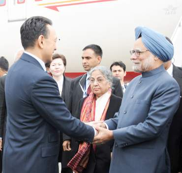 Prime Minister Dr Manmohan Singh and his wife Smt Gursharan Kaur being received by the Minister of Oil and Gas of Kazakhstan, Sauat Mukhametbaevich Mynbayev, at Astana airport