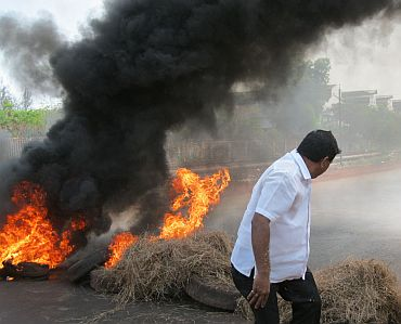 Protestors burn tyres and block highway during agitation