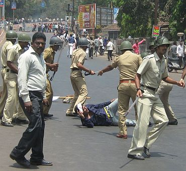 Police lathicharges agitating protestors in Ratnagiri