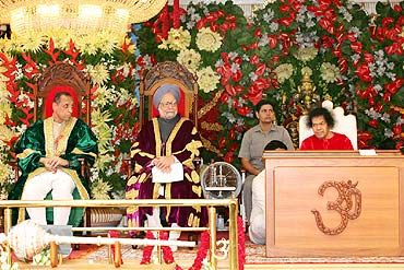 PM Manmohan Singh, among others, participates in Sai Baba's birthday celebrations