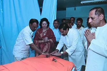 AP CM Kiran Kumar Reddy with other ministers pay their last tributes to Sai Baba in Puttaparthi
