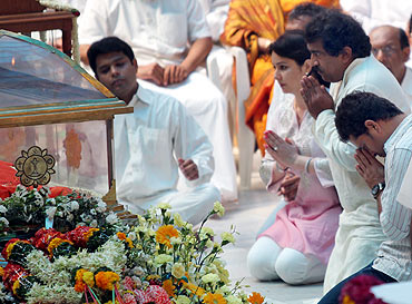 Sachin Tendulkar and wife Anjali pay their last respects