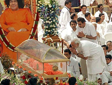 Gujarat Chief Minister Narendra Modi pays his last respects