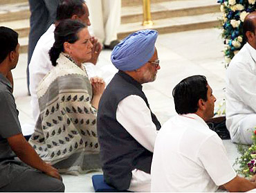 Prime Minister Manmohan Singh and Congress chief Sonia Gandhi pay their last respects