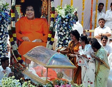 Devotees pay their last respects to the spiritual guru Sri Sathya Sai Baba
