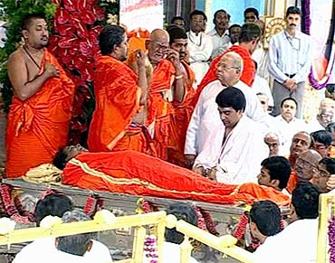 Priests perform the last rites during Sathya Sai Baba's funeral in Puttaparthy on Wednesday