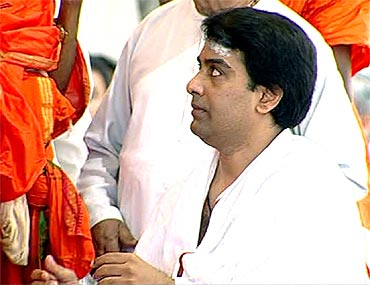 Images: Piety marks Sathya Sai Baba's last rites - Rediff