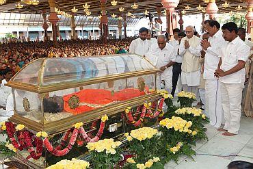Images: Piety marks Sathya Sai Baba's last rites - Rediff com News