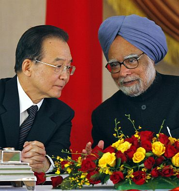 Chinese Premier Wen Jiabao talks to Indian Prime Minister Manmohan Singh