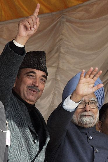 PM Singh with Union minister Ghulam Nabi Azad addressing a poll rally in Kashmir
