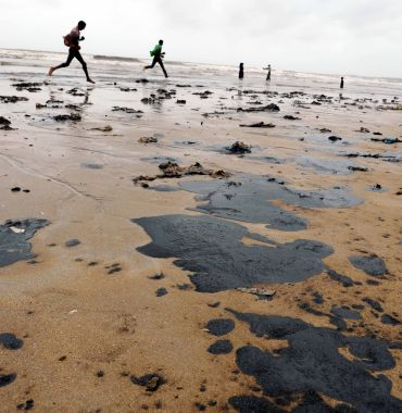 Oil leaking from cargo vessel MV Rak reaches Juhu beach
