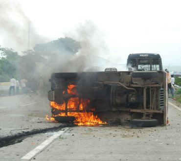 A jeep burns in the mddle of the expressway to Pune