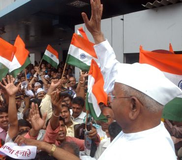 Hazare leads bike rally in Mumbai