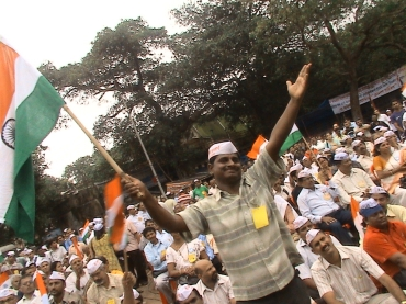 A man expresses his support for activist Anna Hazare