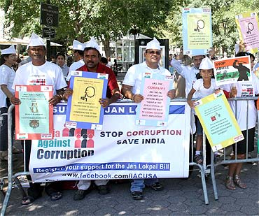 India Against Corruption volunteers demonstrate in front of the UN headquarters in New York in support of Anna Hazare's fast
