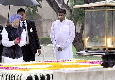 Prime Minister Manmohan Singh pays floral tributes at the 'samadhi' of Mahatma Gandhi at Rajghat