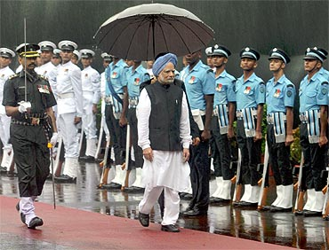 Prime Minister Manmohan Singh inspects the Guard of Honour at Red Fort