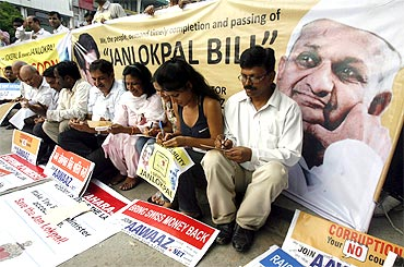 People write letters in favour of Lokpal Bill to support Anna Hazare